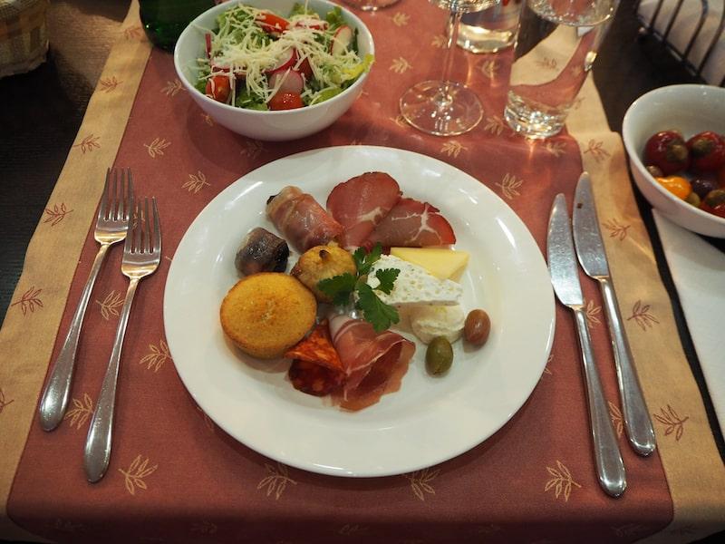 ... der neben Verkostungen feine Gerichte im dazugehörigen Weingutsrestaurant anbietet ...