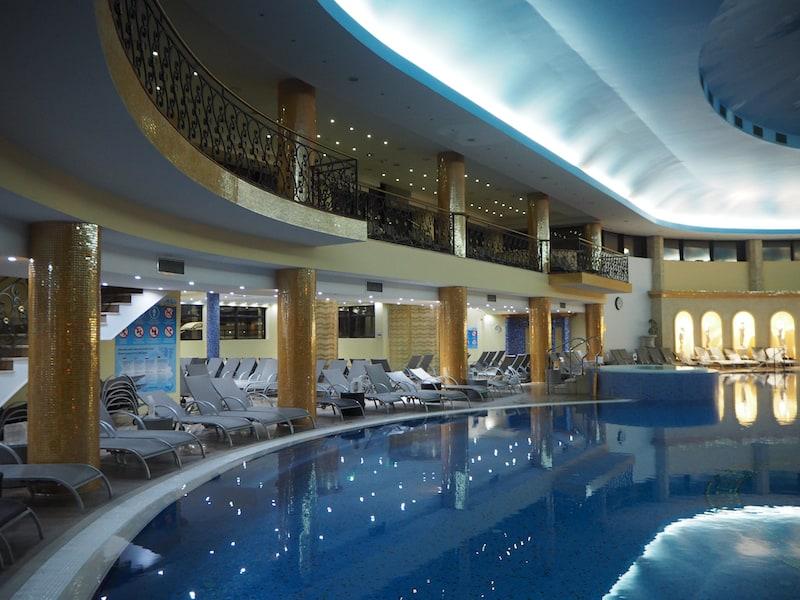 Zum Aufwärmen bieten sich die Mineralwasser-Thermen des Wellness-Hotel Izvor, im nahe gelegenen Arandjelovac an ...