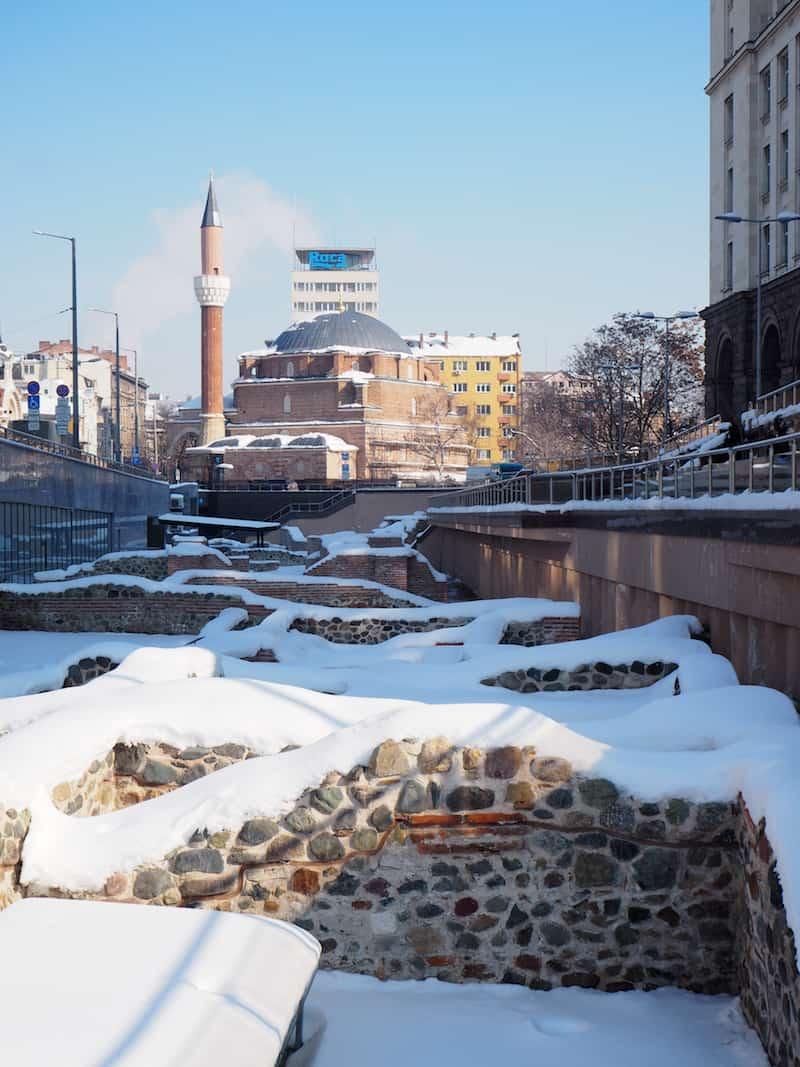 Nur ein paar Meter entfernt lohnt die Aussicht auf weitere, spektakuläre Überreste aus den Anfängen Sofias als römisches Militär- und Stadtlager ...