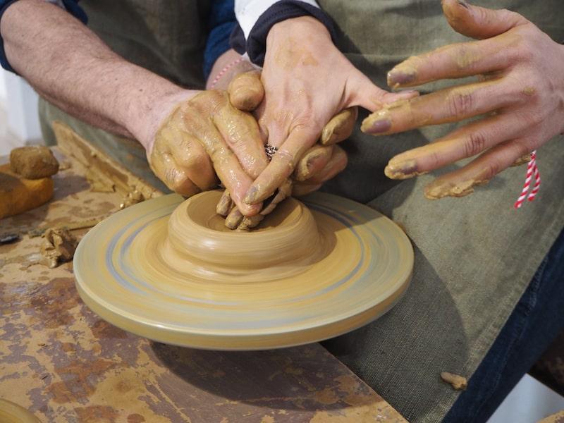 ... in dem Besucher ebenso angehalten sind, selbst Hand anzulegen und ihre eigene Keramik zu gestalten!