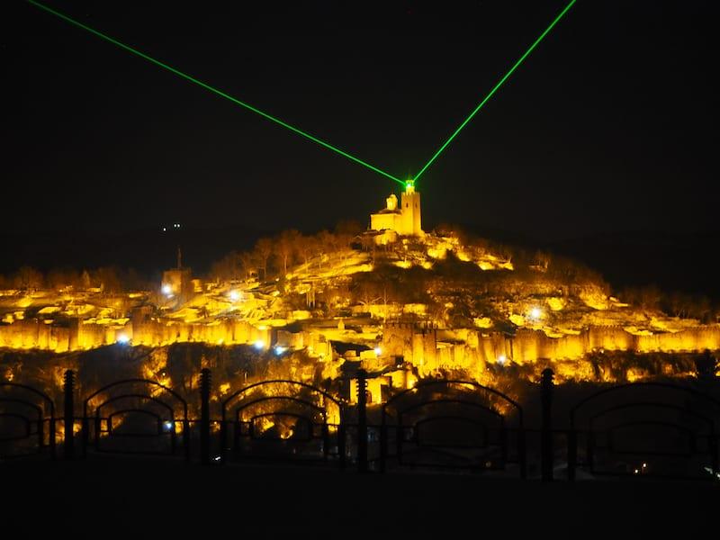 Die Lichtershow, bei der die berühmte bulgarische Tsarevets-Festung zur Gänze illuminiert wird,