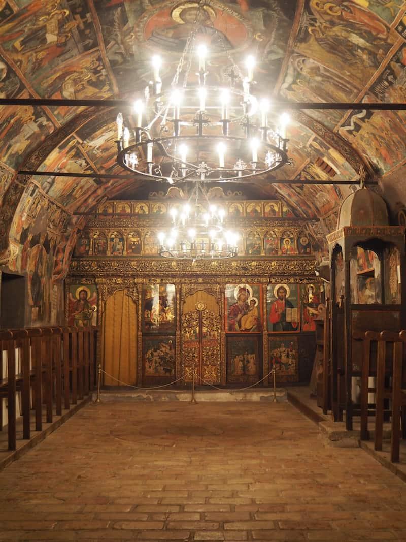 ... mal wieder dem Erkunden dieser kleinen Kirche hier in Abranasi ...