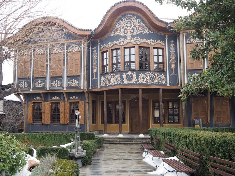 ... bestaunen einige der schönsten Häuser der Stadt ...