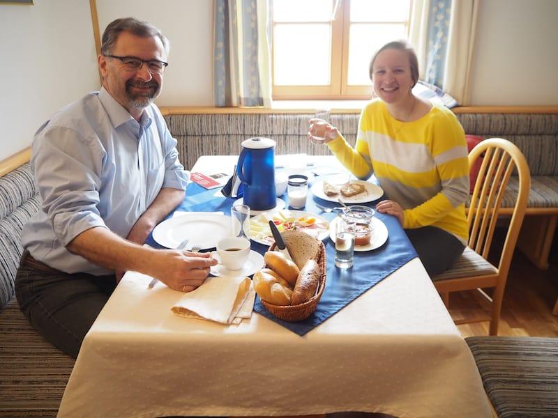 ... vom gemütlichen Frühstück mit den Gastgebern ...