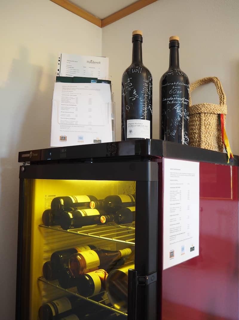 ... auch für die Gäste gibt es in jedem Zimmer einen gut gefüllten Wein-Schrank ...