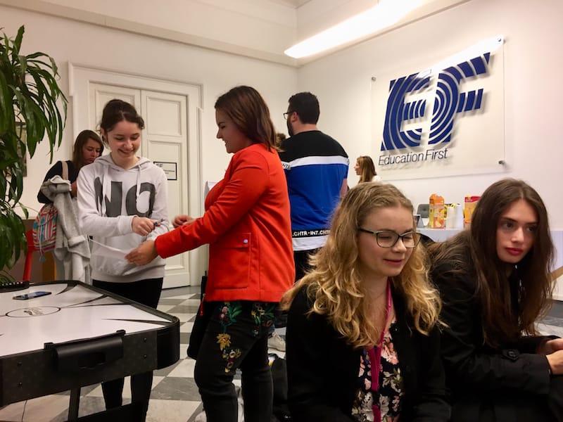 Sprachreise mit EF in Rom: Sofort kommen bekannte Bilder der gemütlichen Studenten-Atmosphäre von früher hoch ...