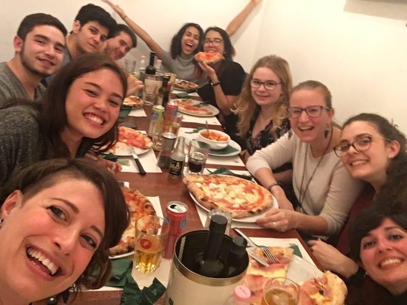 """... und nein, man (Frau!) ist auch mit 34 Jahren nicht zu alt, um sich in solch eine vergnügliche Runde zu setzen: """"Pizza tutti insieme!"""" lautet das EF-Abendprogramm an einem Mittwoch hier."""