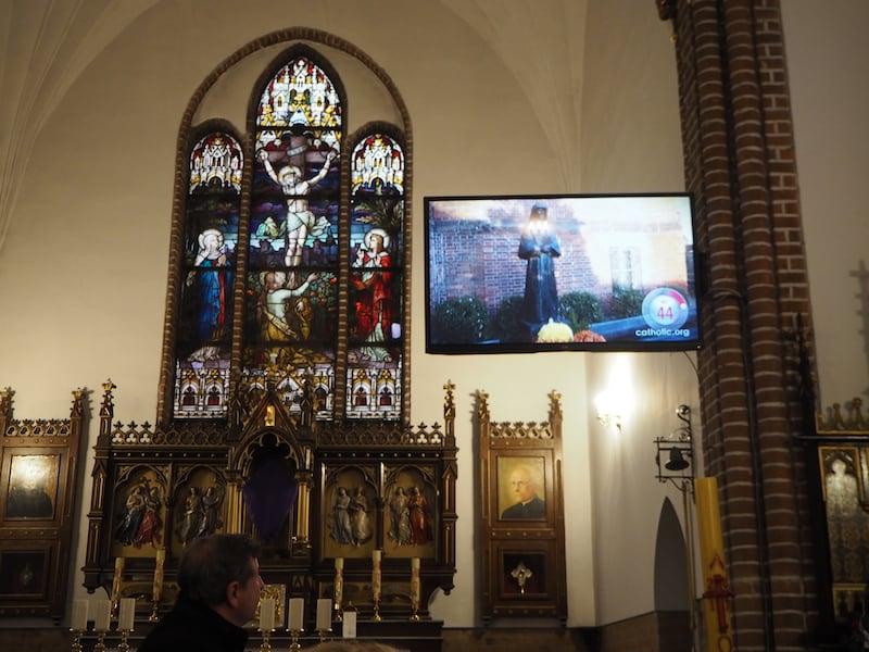 ... werden wir wenig später in die angrenzende Kirche geführt ...