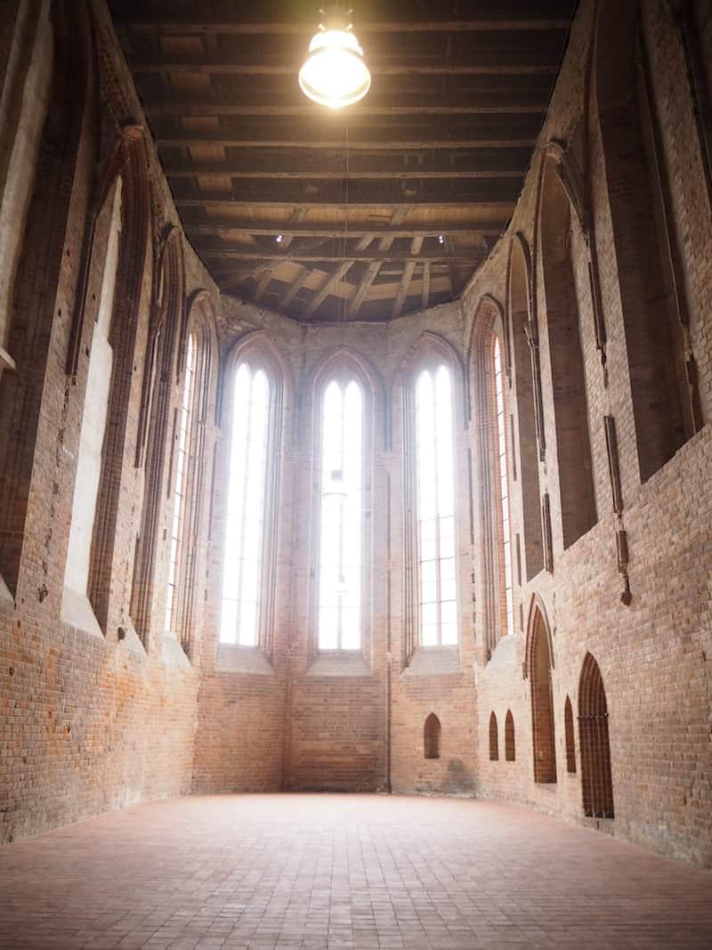 Auch die gewaltige Kirche des ehemaligen Franziskanerklosters in Angermünde lockt den Besuch ...