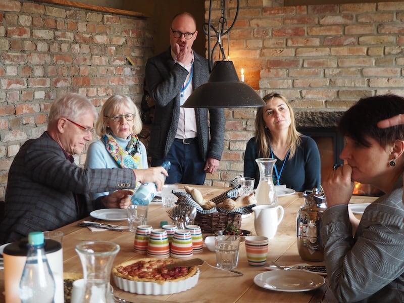 ... hier, in einem 250 Jahre alten Bauernhaus am Annenwalde, haben es sich findige Familien zum Vorsatz gemacht, das Landleben in köstlich-kulinarischer Art und Weise zu feiern ...