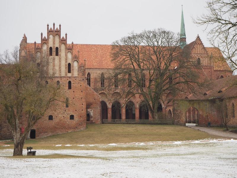 Eindrucksvoll schon von Weitem: Das Kloster Chorin ...