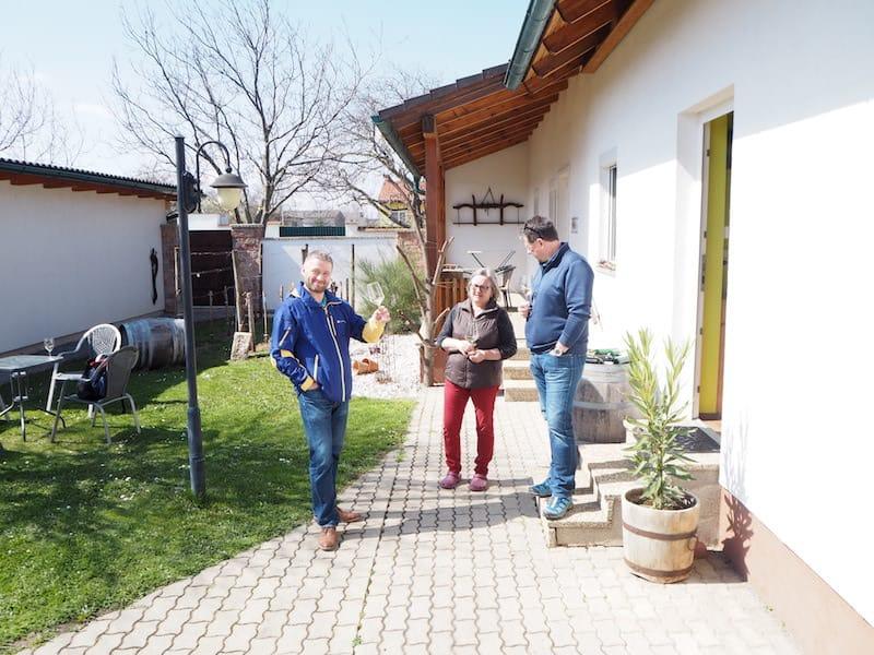 Gemütlich. Burgenländisch. Direkt vor dem Gästehaus von Familie Pilles, die uns mit Wein und köstlichem Frühstücksbuffet empfängt ...