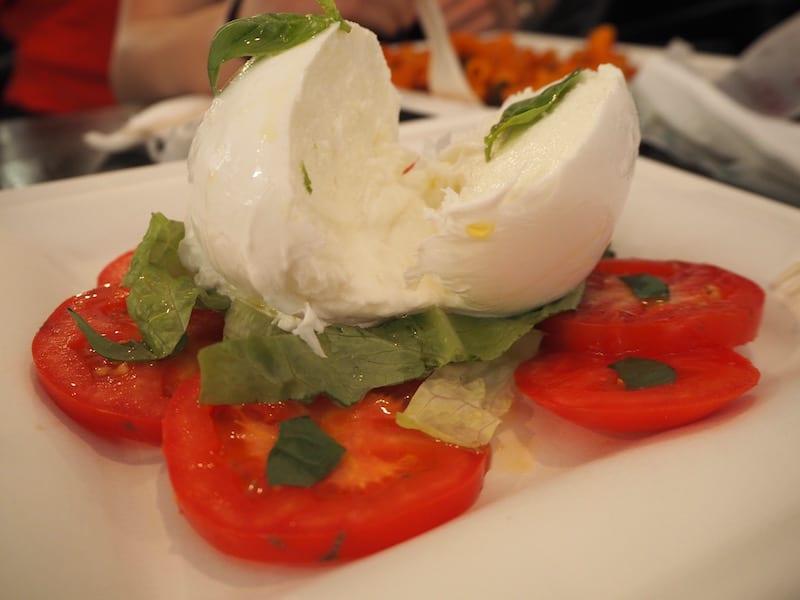 ... oder Insalata Caprese mit frischem Büffetmozzarella aus Paestum (dort wo ich vor einem Jahr war!) ...
