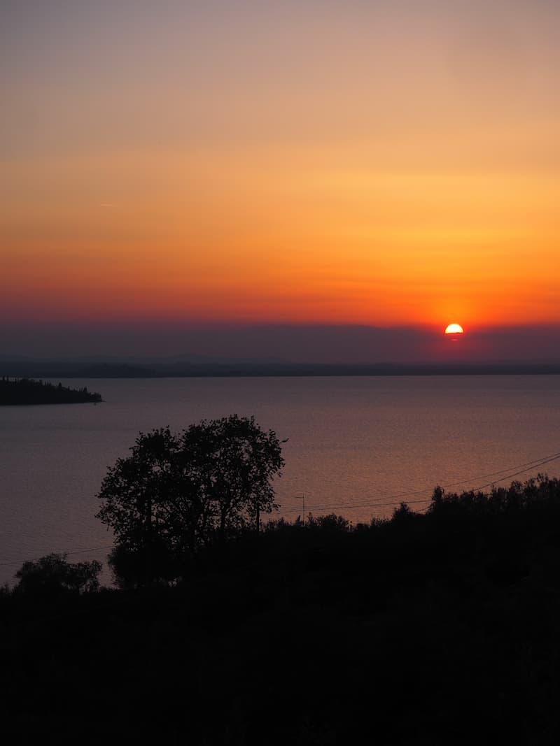 """... sowie für seine Sonnenuntergänge: """"Il paese del tramonto"""", wirbt der Leitspruch des Dorfes."""