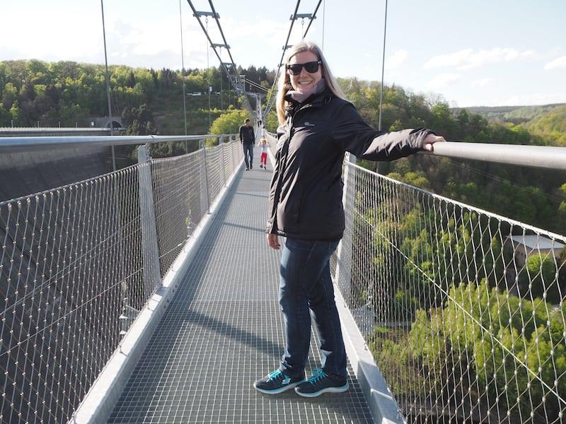 """... und Monique weist uns den Weg über die """"längste Hängebrücke ihrer Art"""", in deren Mitte bei Wind & Schaukelgefühl selbst mir ein bisschen mulmig wird ..."""
