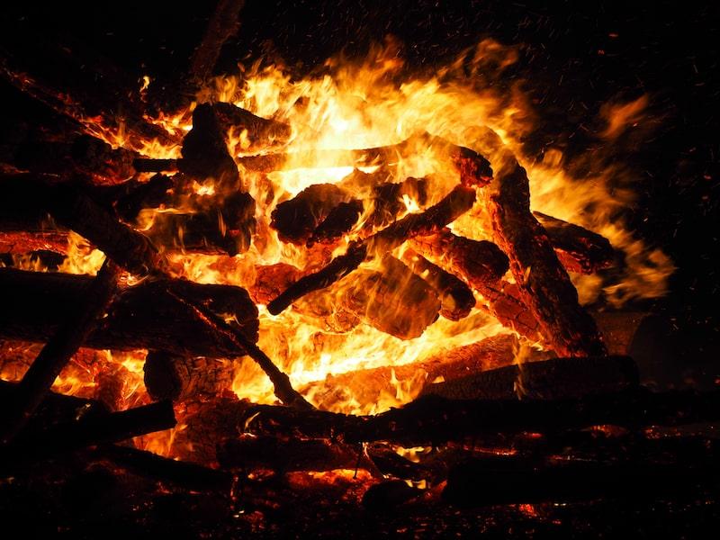 ... tanzen um's Feuer ...
