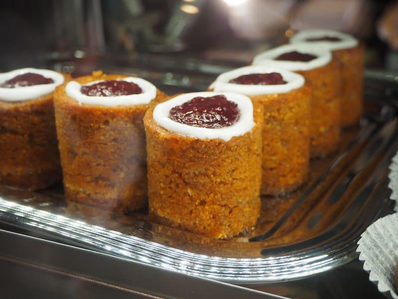 ... einzigartig auch in Porvoo: Diesen berühmten Kuchen hier gibt es im restlichen Finnland nur im Februar, hier aber das ganze Jahr, da dessen ursprüngliche Bäckerin aus der Stadt stammt!
