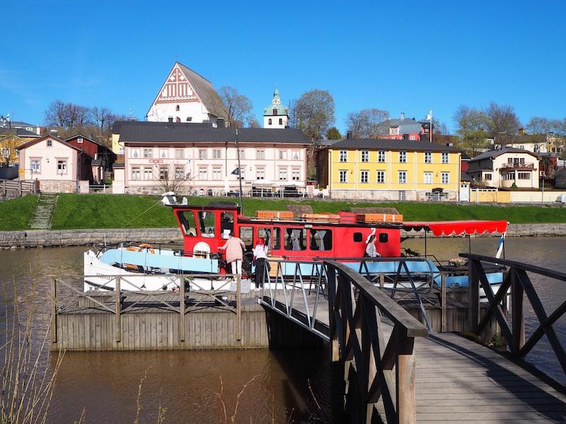 ... kommen wir am gegenüberliegenden Flussufer auch am Hausboot der Vermieterfamilie vorbei ...