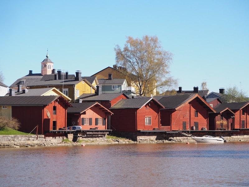 Der Blick auf die entzückenden alten Speicher der Kleinstadt Porvoo ...