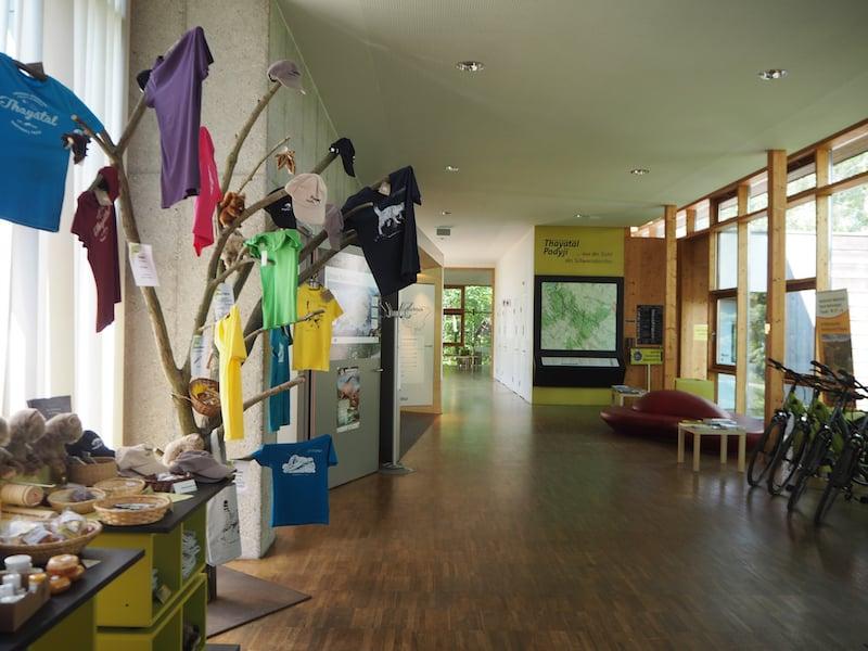 ... das Nationalparkhaus selbst, welches direkt an das Wildkatzen-Gehege anschließt ...