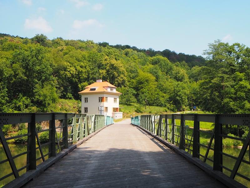 ... über die erst 1990 wieder eröffnete Brücke über die Thaya Richtung Tschechien ...