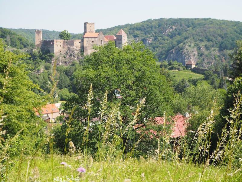 ... zunächst noch an der österreichischen Grenzstadt Hardegg samt Wehrburg vorbei ...