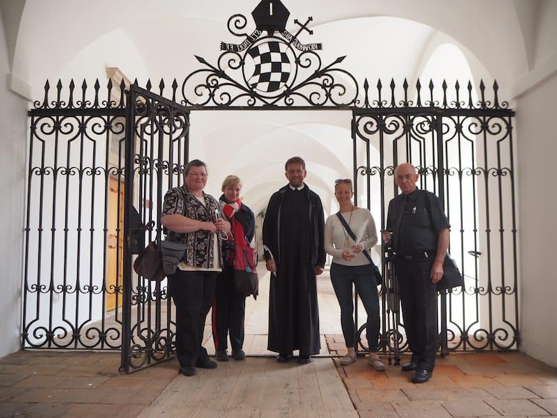 ... die Zeichen hier stehen definitiv auf Empfang und Offenheit: Pater Maximilian zeigt uns den Weg in den Gästebereich und zu unseren Zimmern ...