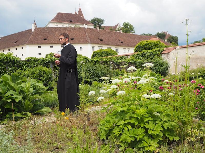 Ankommen im Stift St. Paul, entführt uns Gastpater Maximilan gleich mal in den stiftseidenen Kräutergarten ...
