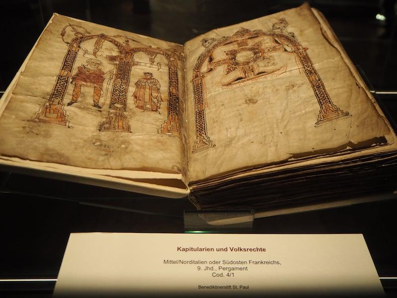 ... und mit noch älteren Büchern: Fantastisch, solche Exemplare hier zu Gesicht zu bekommen !! Vor allem für einen Bücherwurm wie mich!
