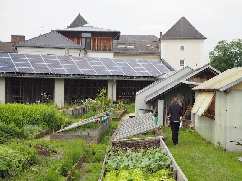 ... und so hat das Kloster Wernberg auch einen starken sozialen wie progressiven Charakter, der sich nicht zuletzt in der neu installierten Photovoltaikanlage hier am Dach der Gerätescheune im Kräutergarten zeigt.