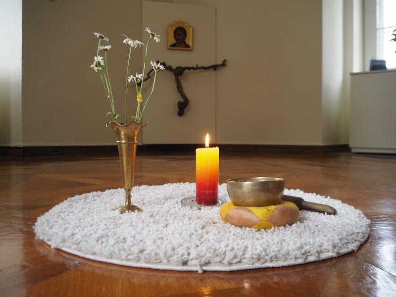 ... neben der Möglichkeit, die Schwestern beim Gebet zu begleiten, gibt es auch einen eigenen Meditationsraum, um sich zurück zu ziehen ..