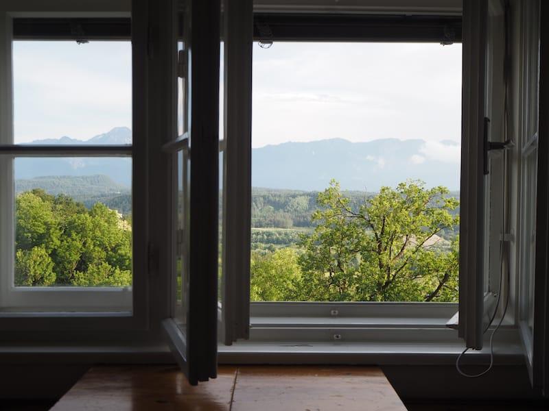 """Ankommen und aufatmen: Zum Beispiel beim Blick auf die Berge vom """"Turmzimmer"""" im Kloster aus ..."""