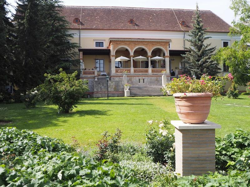 Ausgehend von unserer Unterkunft, dem zauberhaften Hotel Schloss Weikersdorf inmitten des Doblhoffparks & Badener Rosarium ...
