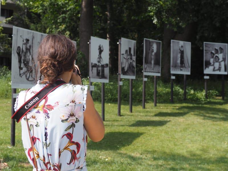 """Besucher lieben es, """"Fotos von den Fotos zu schießen"""" und dabei auch noch einige berühmte Persönlichkeiten zu erspähen ..."""