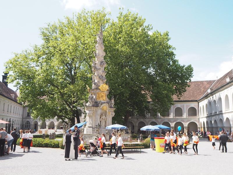 ... könnte man auch im Stift Heiligenkreuz fortsetzen, dessen Weine aus dem Freigut Thallern stammen und das sich gerade im Sommer größter Beliebtheit unter Ausflugsgästen erfreut ...