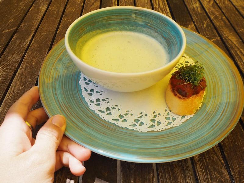 Auch das Mittagessen im Haus überzeugt: Leichte, sommerliche Köstlichkeiten wie die Liebstöckel-Suppe ...