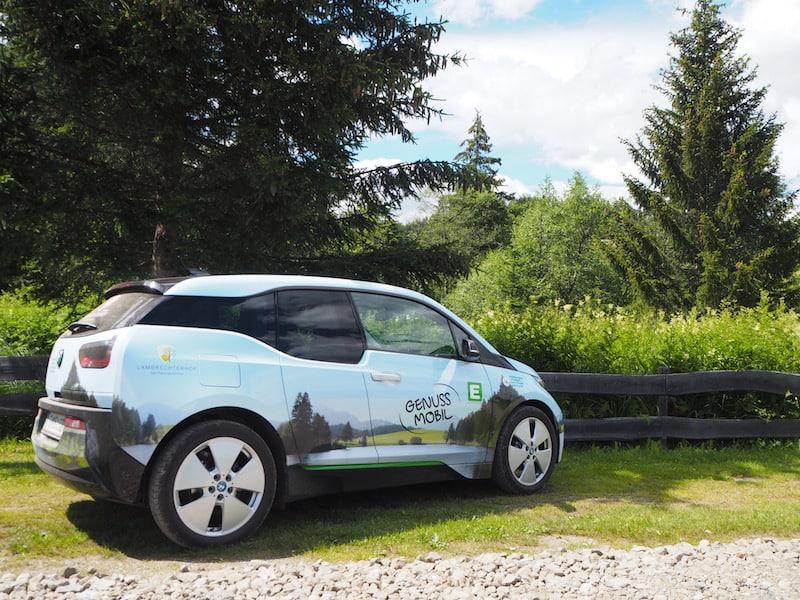 Schon wieder schick: An der Rezeption des Naturparkhotel Lambrechterhof bekomme ich nach kurzer Einweisung und Unterschrift dieses tolle E-Auto ausgehändigt und darf gar selbst damit bis zum Naturpark fahren ...