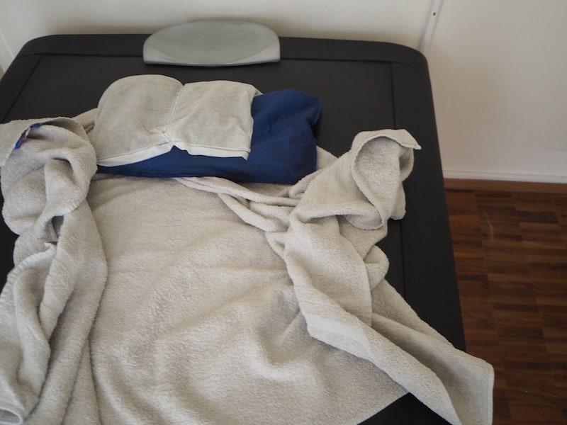 ... mit Blick auf das Heupackung-Wasserbett: Nach einer wohltuenden Rückenmassage spaziert man tiefenentspannt in Richtung Abendessen ...