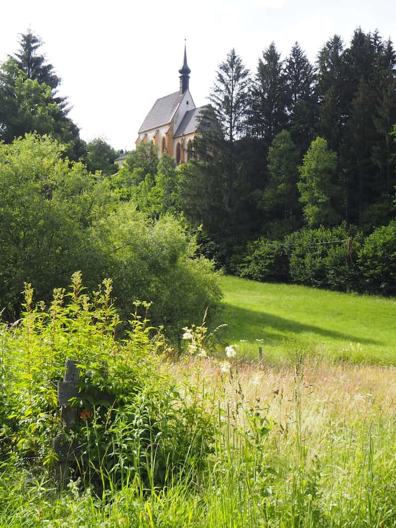 Der Blick auf die ruhig gelegene Sankt Leonhardkirche mit der Kalvarienbergkapelle ist friedlich wie