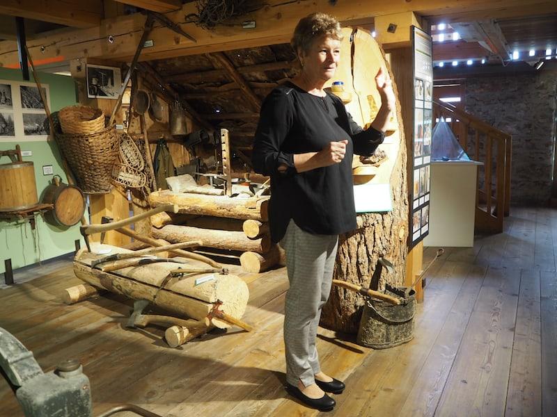 ... lernen wir alles Wissenswerte von der charmanten Hermine, Ehrenbotschafterin der Holzwelt seit gut 30 Jahren ...