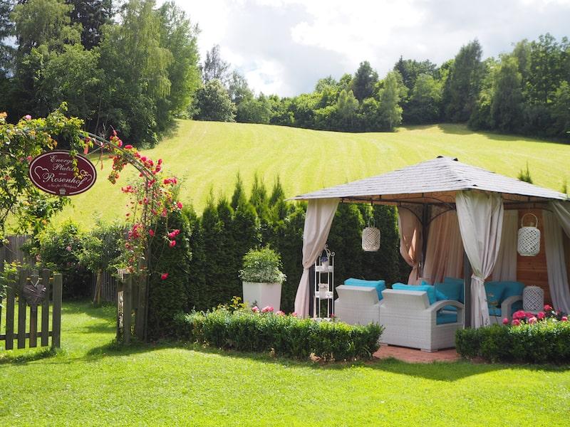 ... mit seinem zauberhaften Gastgarten ...