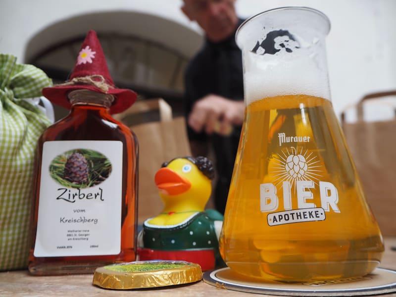 """... führt uns schließlich zum """"Bier-Absacker"""" hinüber in die sogenannte Bier-Apotheke, wo Bier fast schon wissenschaftlich gut serviert wird ..!"""