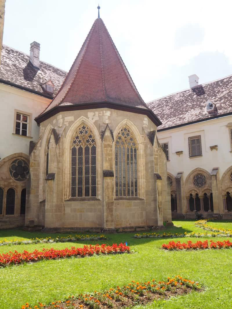 ... durch den alten Kreuzgang mit Blick auf den schönen, sommerlichen Innenhof ...