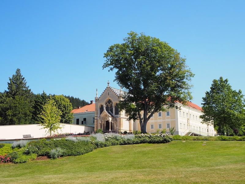 ... durch das ehemalige Jagdschloss, welches heute eine Nonnengemeinschaft beherbergt, sind jederzeit einen Besuch wert ...