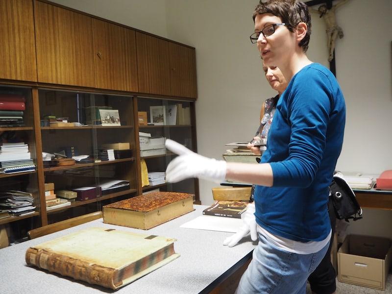 Im Arbeitsbereich der jungen Archivarin des Stift Lilienfeld, Frau Irene Rabl ...