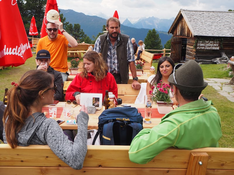 ... was es bedeutet, aus den umliegenden Zirbenwäldern der hochalpinen Bergtälern echte Gastfreundschaft, Schnitz- und Schnapskunst