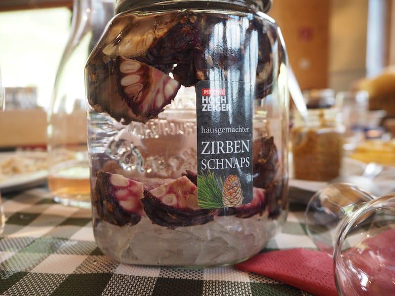 """... zum """"Zirpen-Schnaps-Workshop"""" welcher während der Sommermonate im Restaurant Hochzeiger angeboten wird (""""lerne Deinen eigenen Zirbenschnaps anzusetzen!"""") ..."""