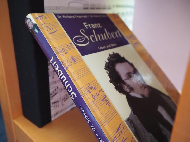 ... auch in meinem Zimmer finden sich zahlreiche Hinweise auf den berühmten österreichischen Komponisten, unter anderem diese Vita hier ...