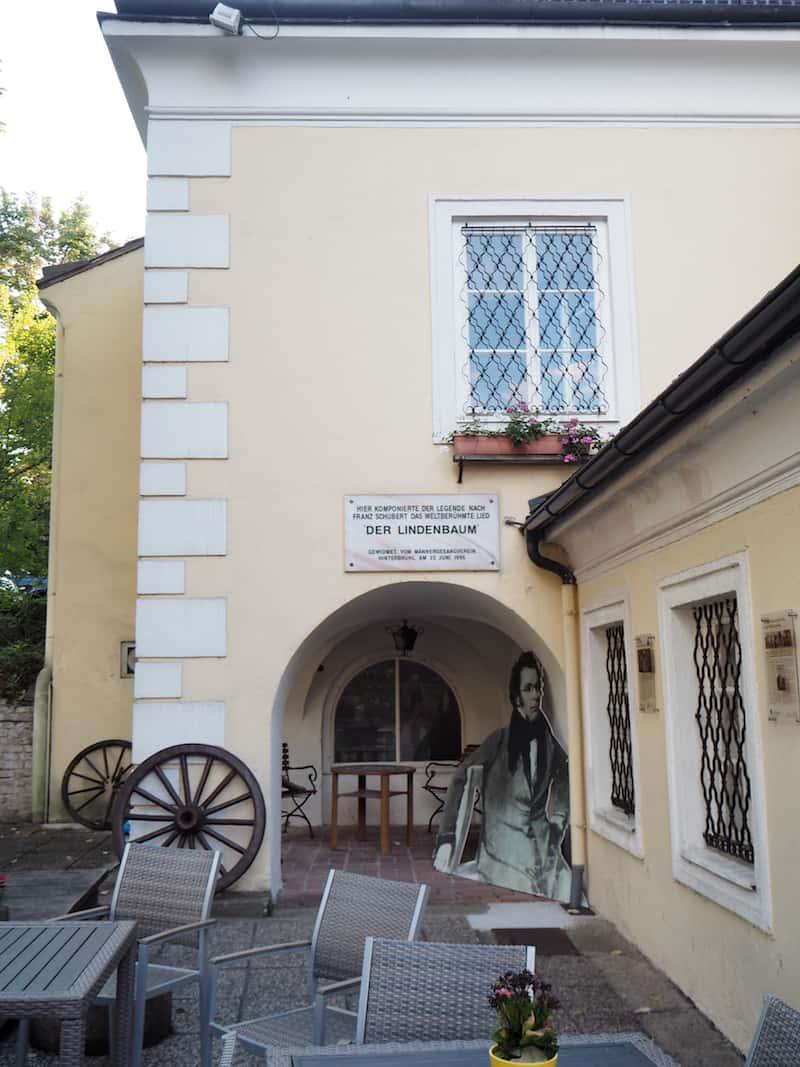 """... die in vielen Ecken & Enden auf historische Begebenheiten hindeutet: Hier ganz genau soll sich Franz Schubert zu seinem weltberühmten Lied, """"Am Brunnen vor dem Tore"""" inspiriert haben lassen ..."""