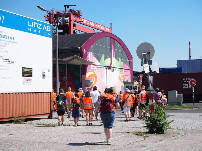 """Die """"Mural Harbour Tour"""" schließlich, keine zehn Minuten von der Voest Alpine bzw. der Innenstadt von Linz entfernt ..."""